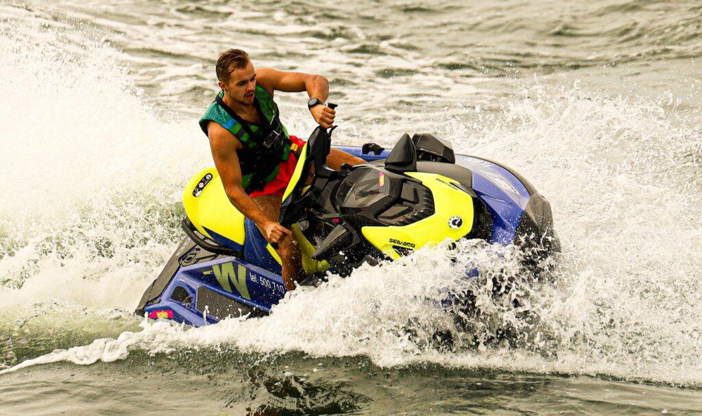 Driftowanie na skuterze wodnym w wypożyczalni SURF IT w Ustce