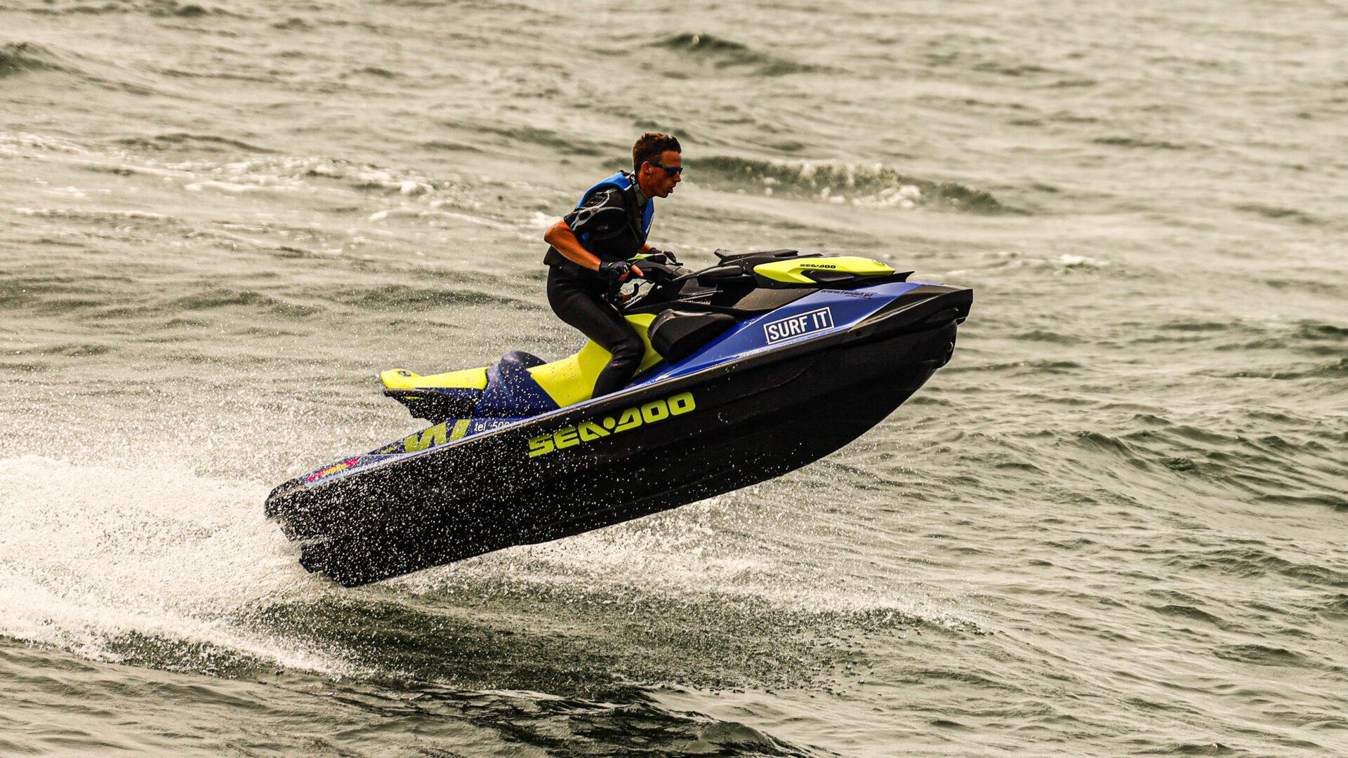 Skok skutera wodnego na fali - Wypożyczalnia skuterów wodnych SURF IT w Ustce