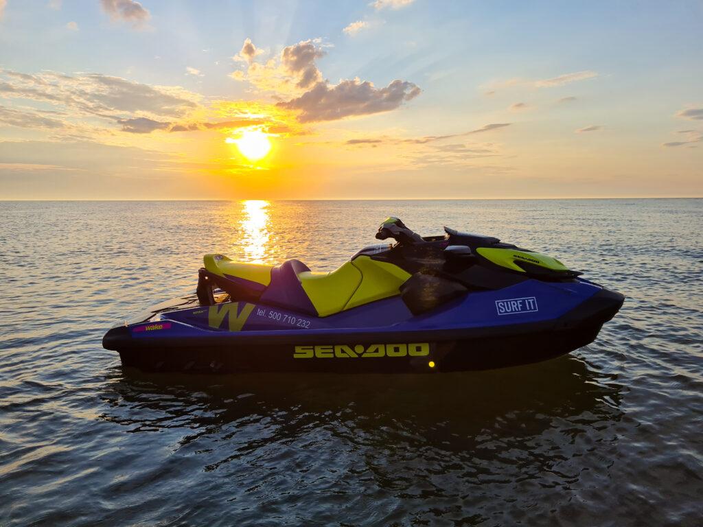 Skuter wodny przy zachodzie słońca - piękny widok - Wypożyczalnia skuterów wodnych SURF IT Ustka